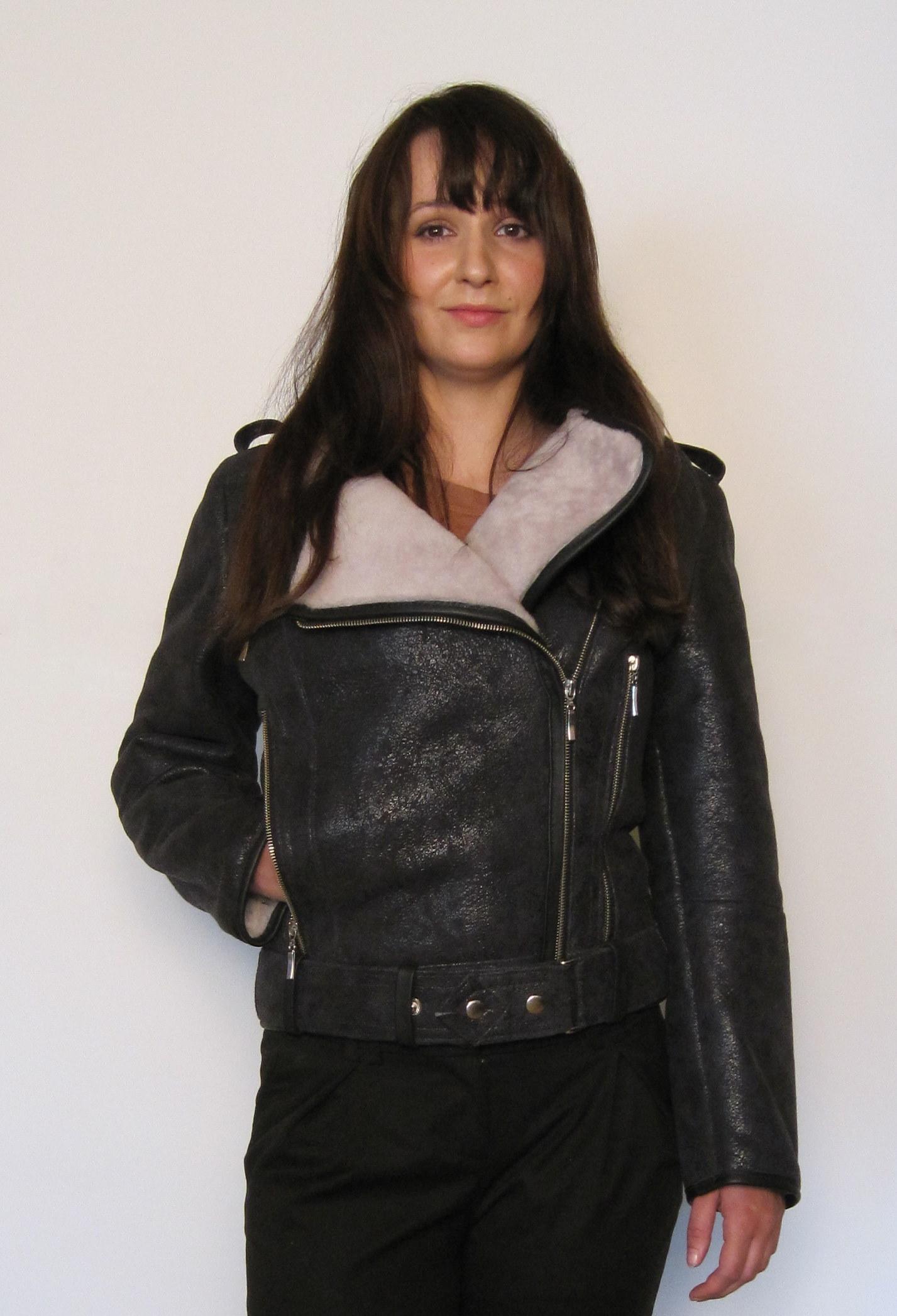 kurtki pilotki Zobacz naszą kolekcję najmodniejszych pilotek dla kobiet i znajdź idealną kurtkę dla siebie. Od klasycznych po eleganckie z jedwabistych materiałów – w tym sezonie nie może się bez nich obejść żadna stylowa kobieta.